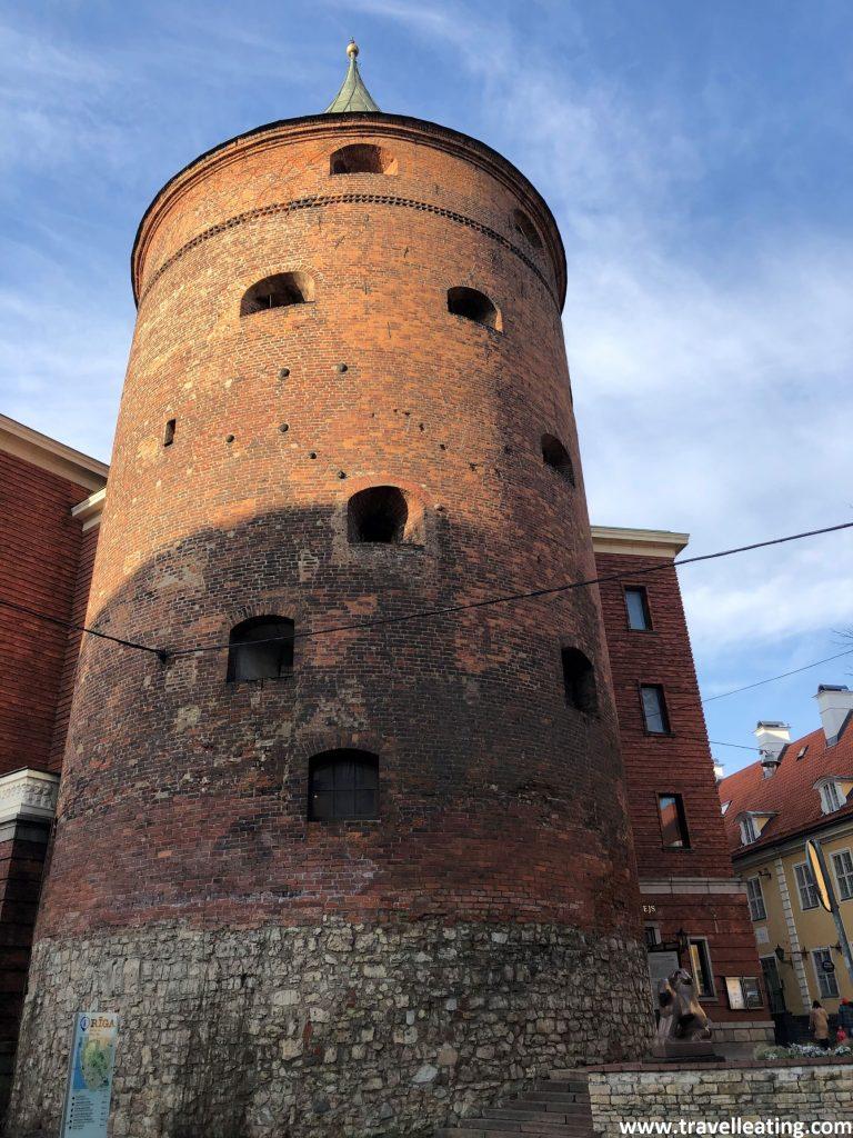 Torre de la Pólvora, la anitigua torre de vigilancia. Uno de los pocos restos de la muralla de Riga que quedan.