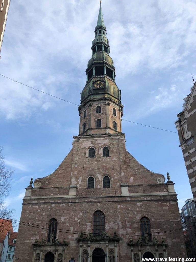 Fachada principal de a Iglesia de San Pedro, en el casco histórico de Riga.
