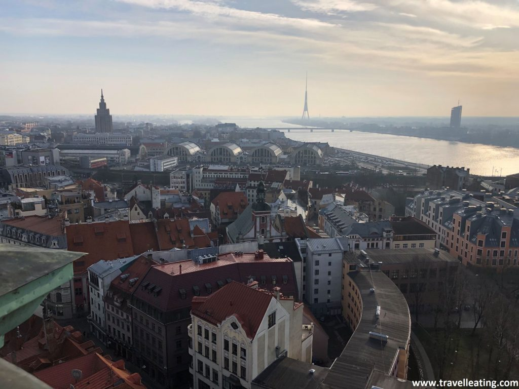 Vistas de Riga donde se ve la Academia de Ciencias de Letonia (a la izquierda) y al centro la Torre de Televisión.