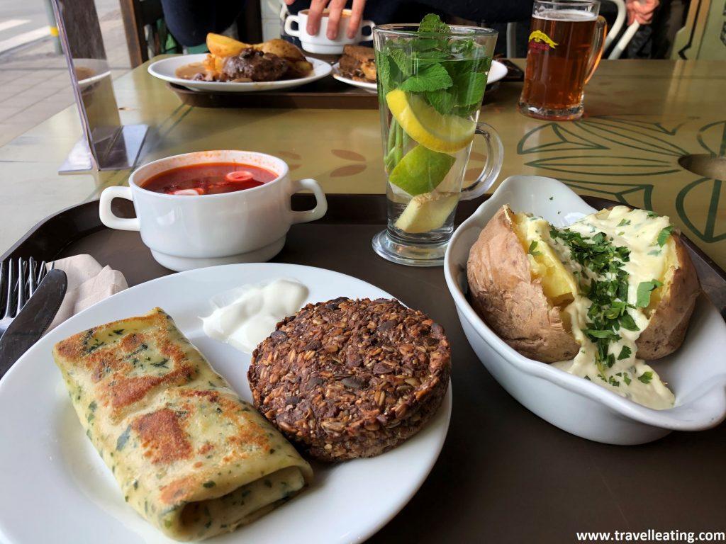 Nuestra comida en el Lido, un restaurante tipo buffet de Riga ideal para probar comida local.