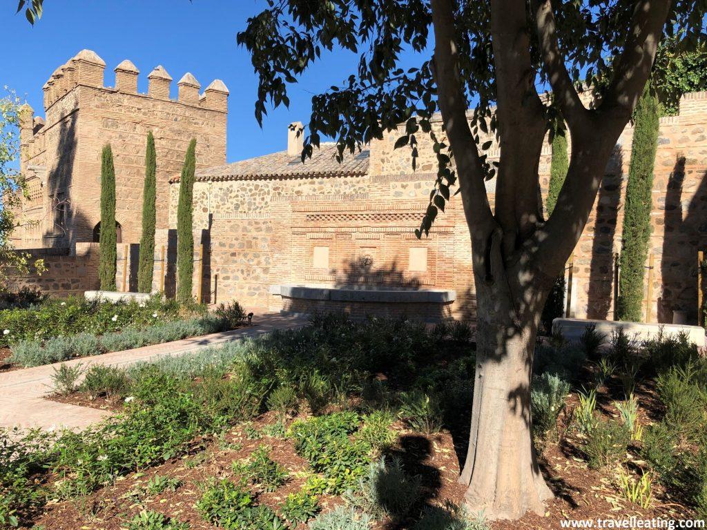 Visitar los jardines y el interior de la Mezquita del Cristo de la Luz es sin duda uno de los imprescindibles de Toledo.
