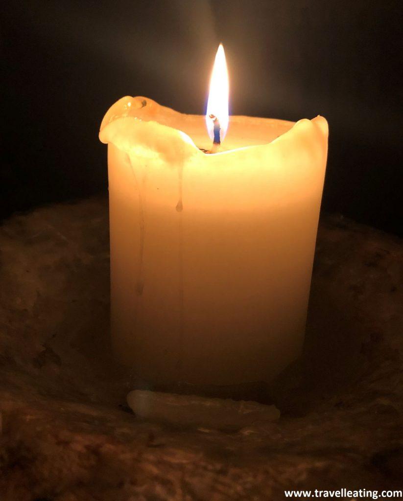 Cena a la luz de las velas en el restaurante medieval Rozengrals de Riga.