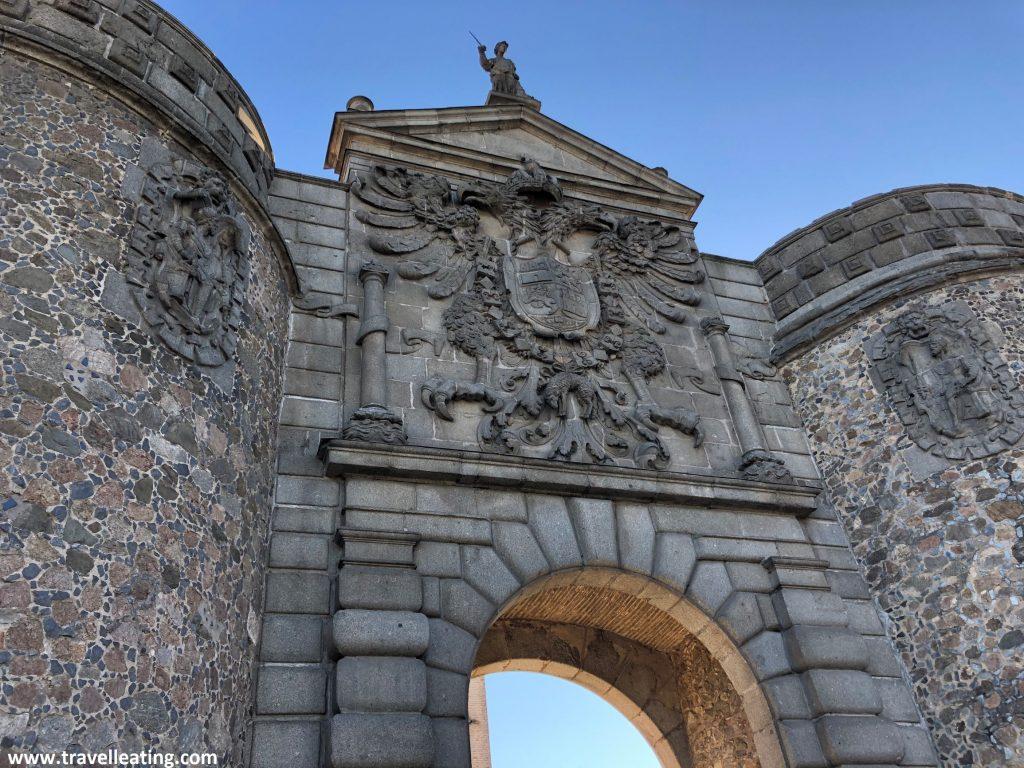 La Puerta de Bisagra, antigua puerta de la muralla de Toledo, es un de los imprescindibles que ver en esta ciudad.