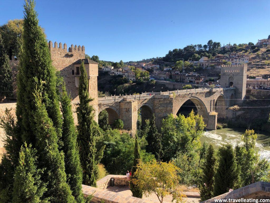 Vistas del precioso Puente de San Martín, des del mirador que tiene su mismo nombre. Otro de los imprescindibles que ver en Toledo.