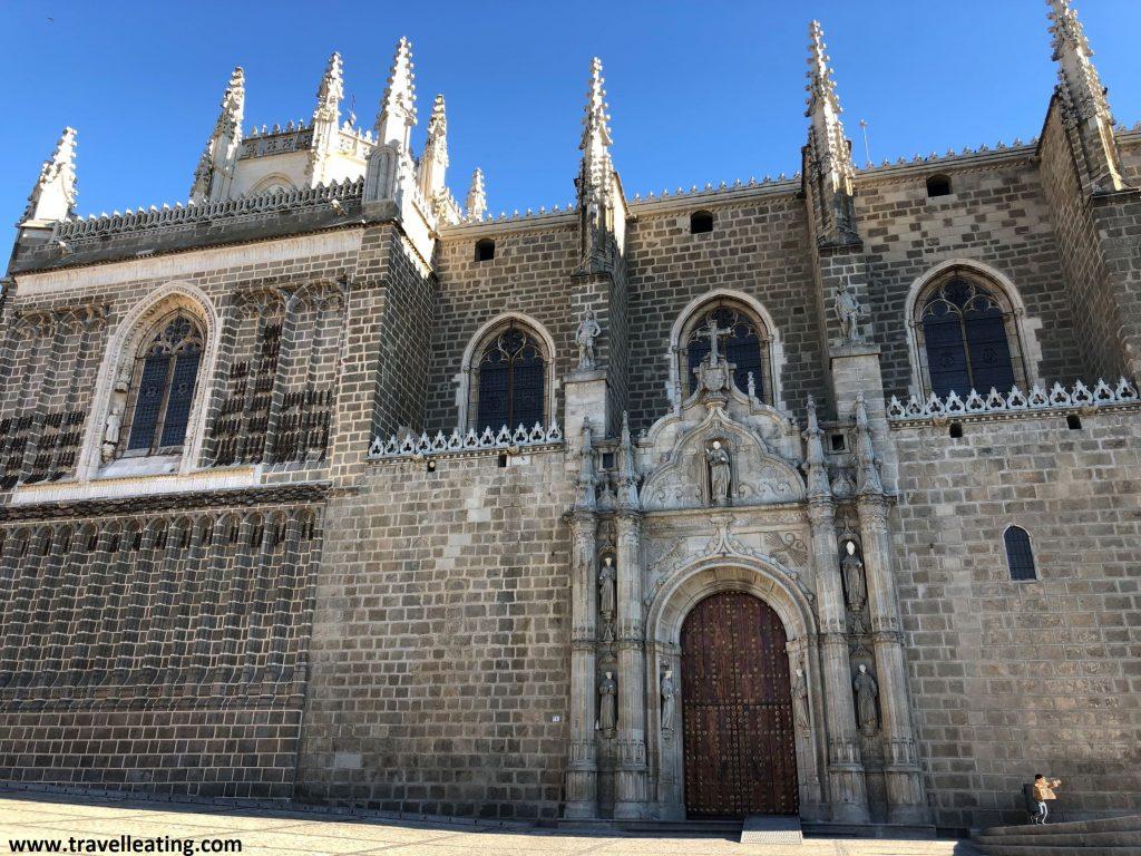 Fachada exterior, de estilo gótico, del Monasterio de San Juan de los Reyes, uno de los imprescindibles de Toledo.