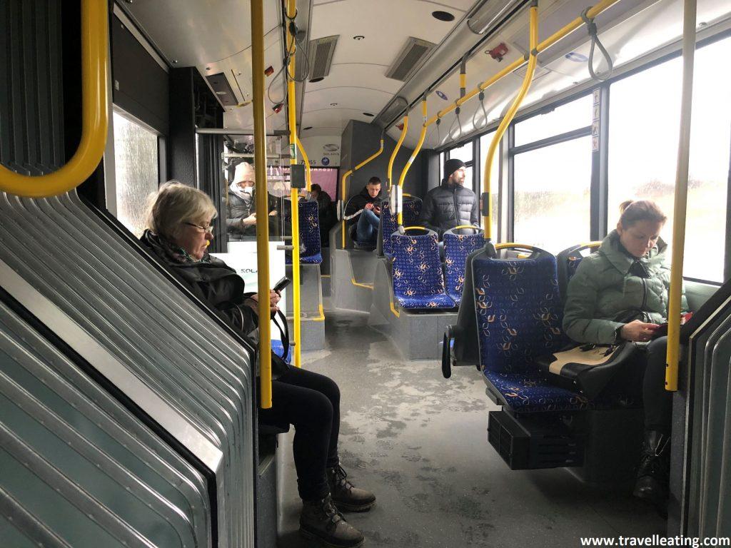 El autobús que realiza el trayecto aeropuerto-centro de Riga.