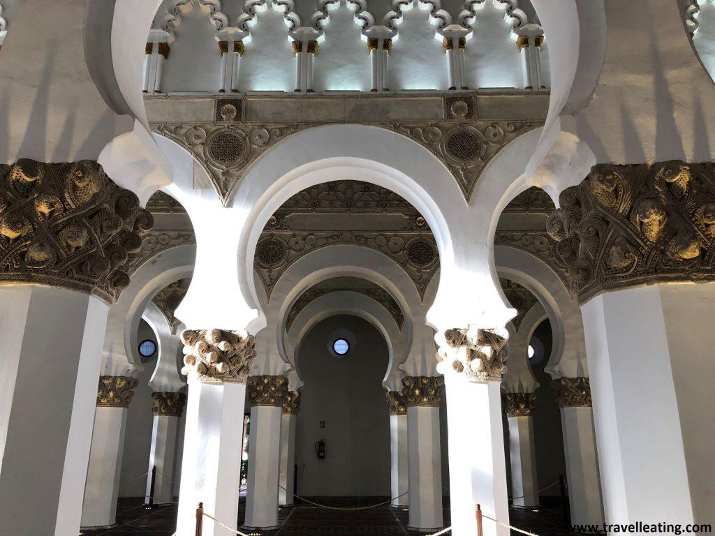 Ver el interior de la Sinagoga de Santa María la Blanca, con sus fileras de columnas blancas, es otro de los imprescindibles de Toledo.