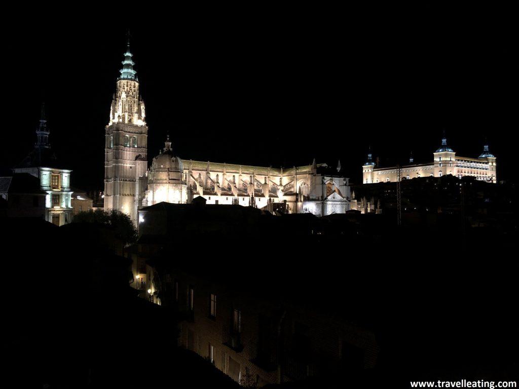 Vistas de la Catedral de Toledo iluminada de noche. Resalta muchísimo entre la oscuridad en la que se encuentra el resto de la ciudad.