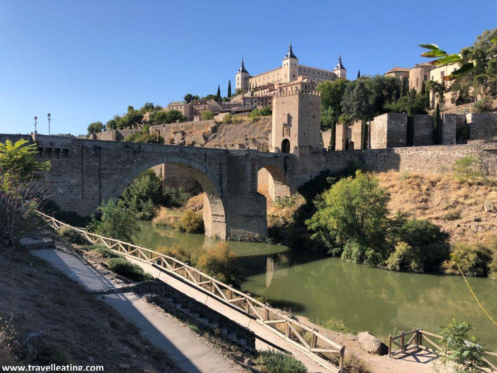 Vistas del mirador del Tajo, donde se observa el precioso Puente de Alcántar y la ciudad de Toledo de fondo.