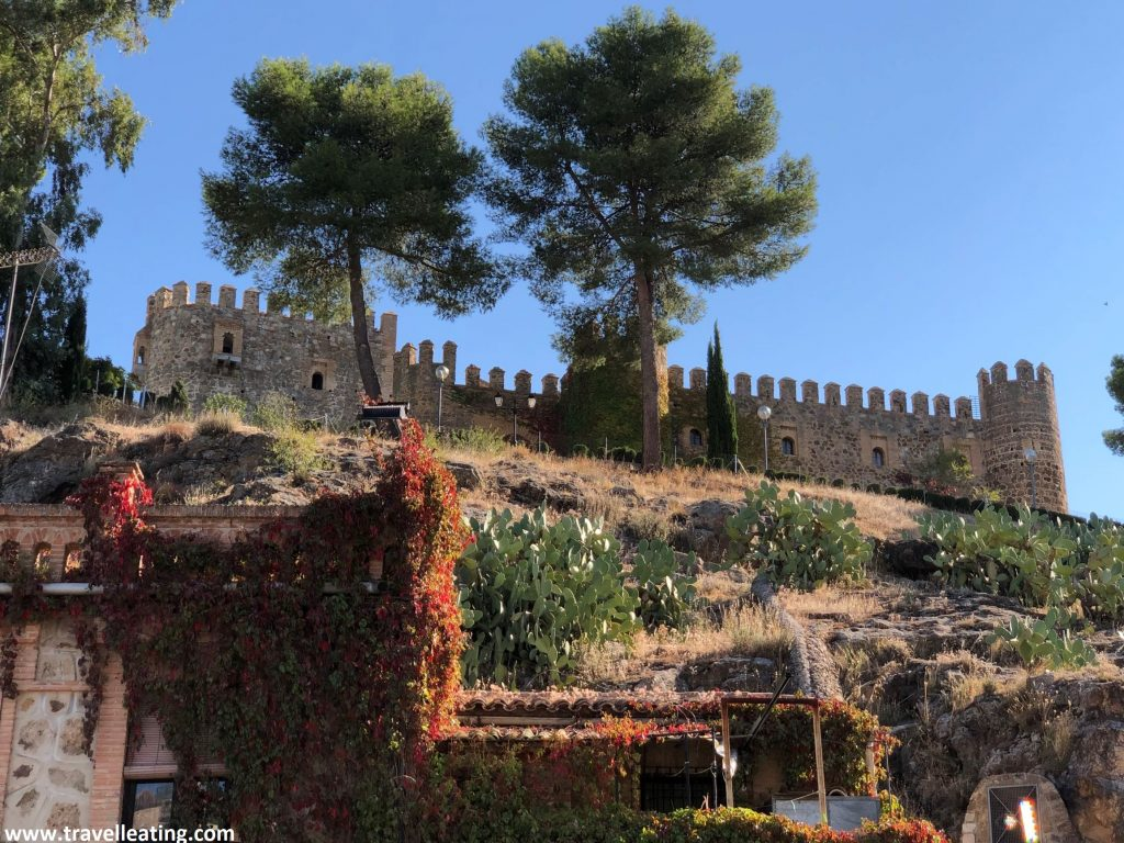 Castillo de estilo mudéjar militar alzándose encima de una colina.