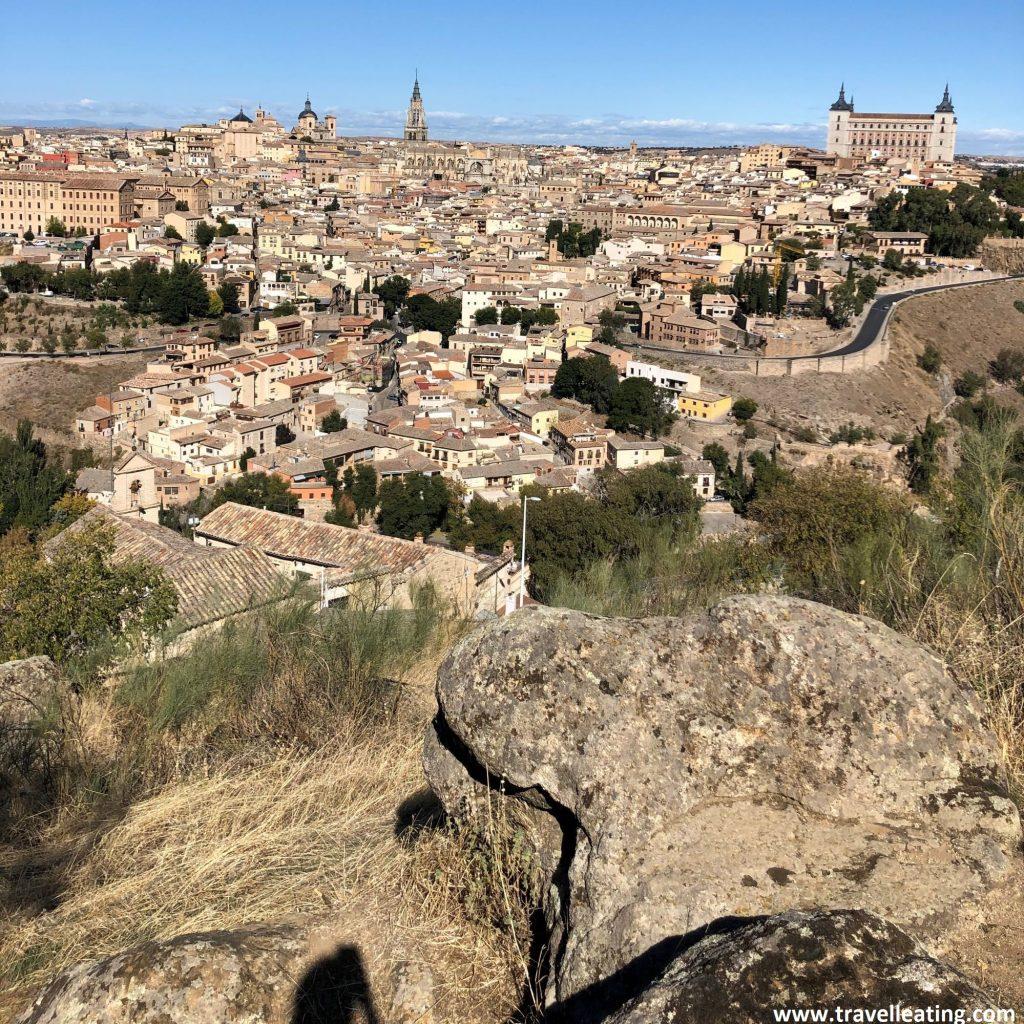 Espectaculares vistas panorámicas de la ciudad de Toledo y sus alrededores des del Mirador de la Piedra del Rey Moro.