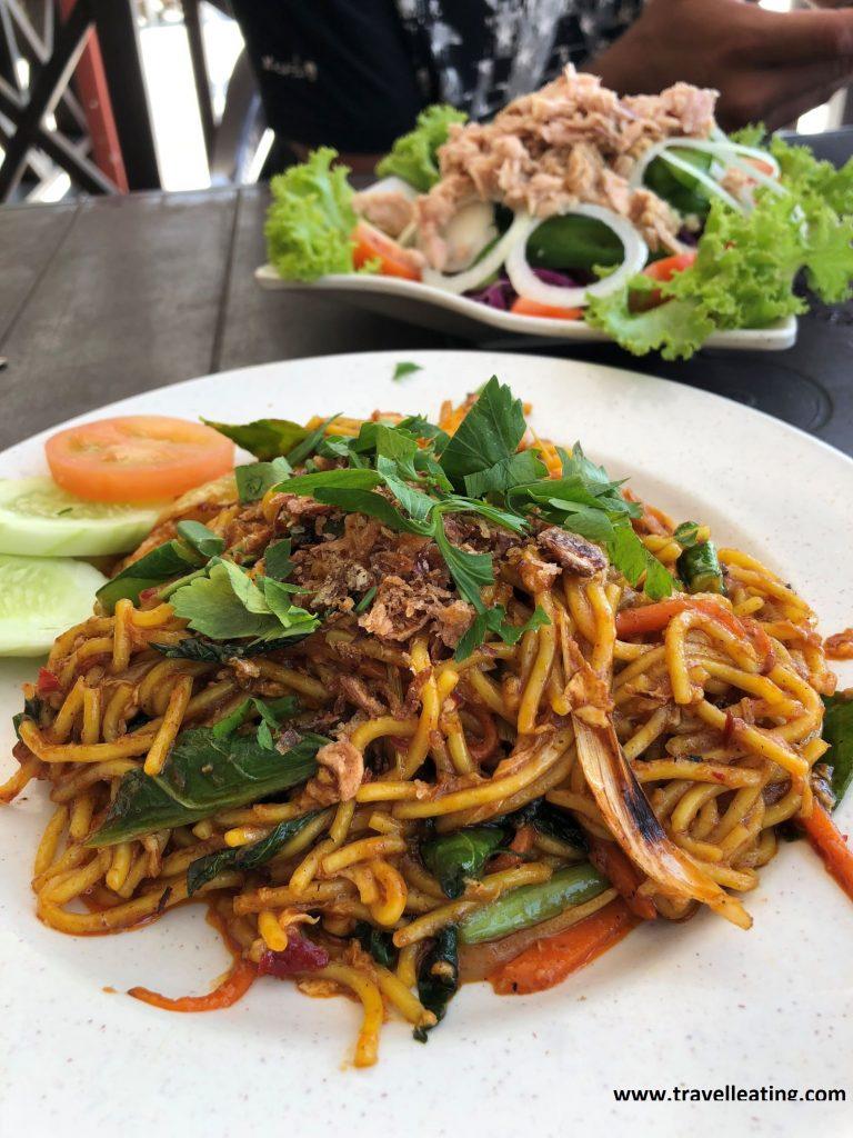 Fideos salteados con verduras y ensalada de atún del Abdul's Chalet en Perhentian Besar.