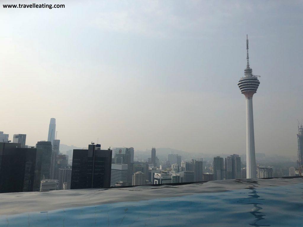 Vistas de la piscina infinita del Hotel Platinum KL.