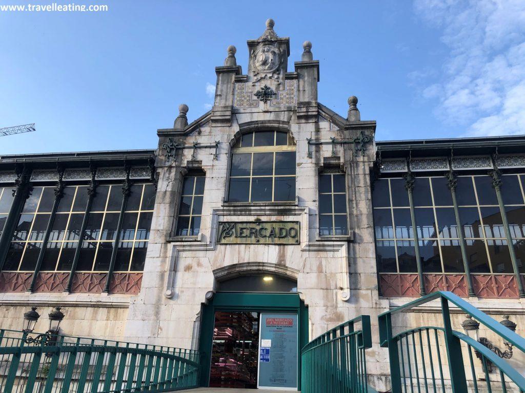 Entrada de un edificio antiguo muy bien conservado. Se trata del mercado principal de Santander.