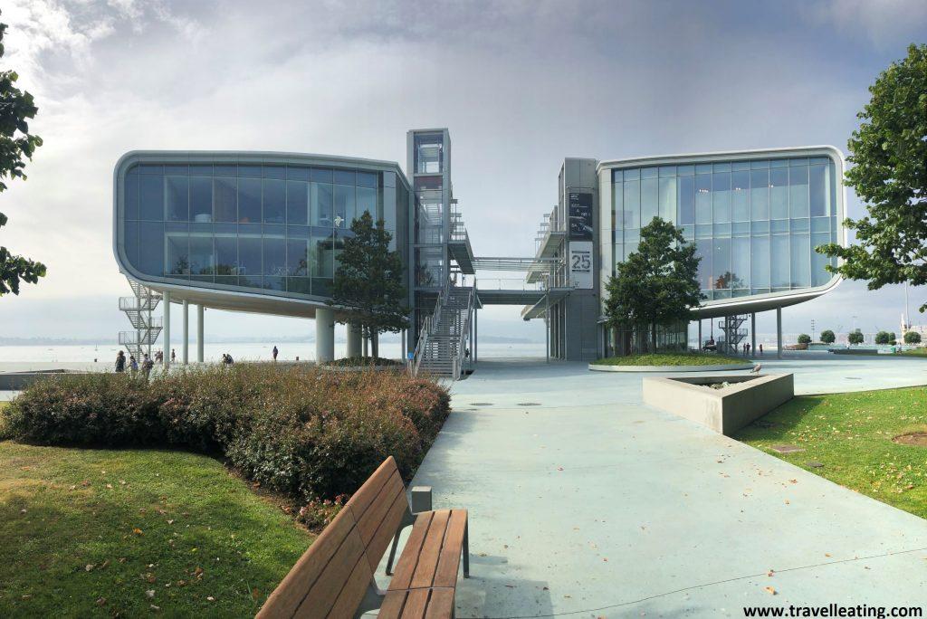 Edificio moderno hecho en dos bloques unidos por unas pasarelas, ubicado frente al mar. Es el Centro Botín, un imprescindible de Santander.