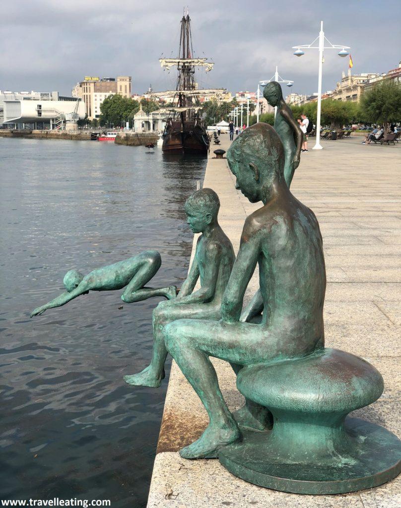 Estatuas de niños a punto de tirarse al mar. En el paseo marítimo de Santander.