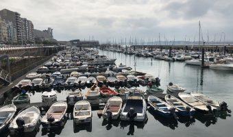 Puerto de Santander, repleto de barcos, situado en la bahía. Uno de los imprescindibles de la ciudad