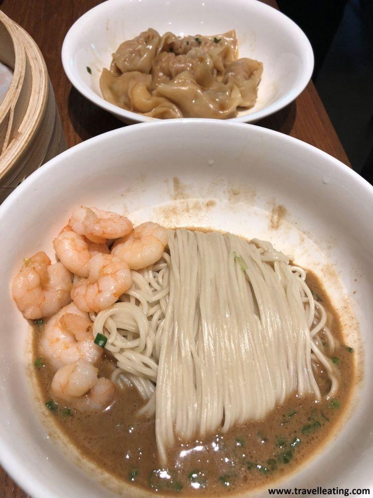 Noodles con gambas y salsa de cacahuetes y wontons de gambas.