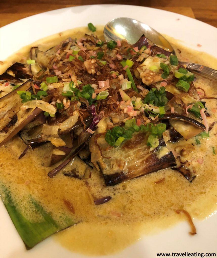 Brinjal Belanda (berenjenas fritas con salsa de pimientos cocinada en leche de coco). Del Sarang Cookery, Kuala Lumpur.