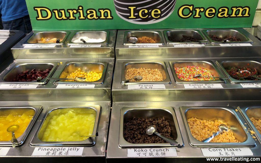 Parada de helados en tarrina de coco y con sus diferentes toppings.