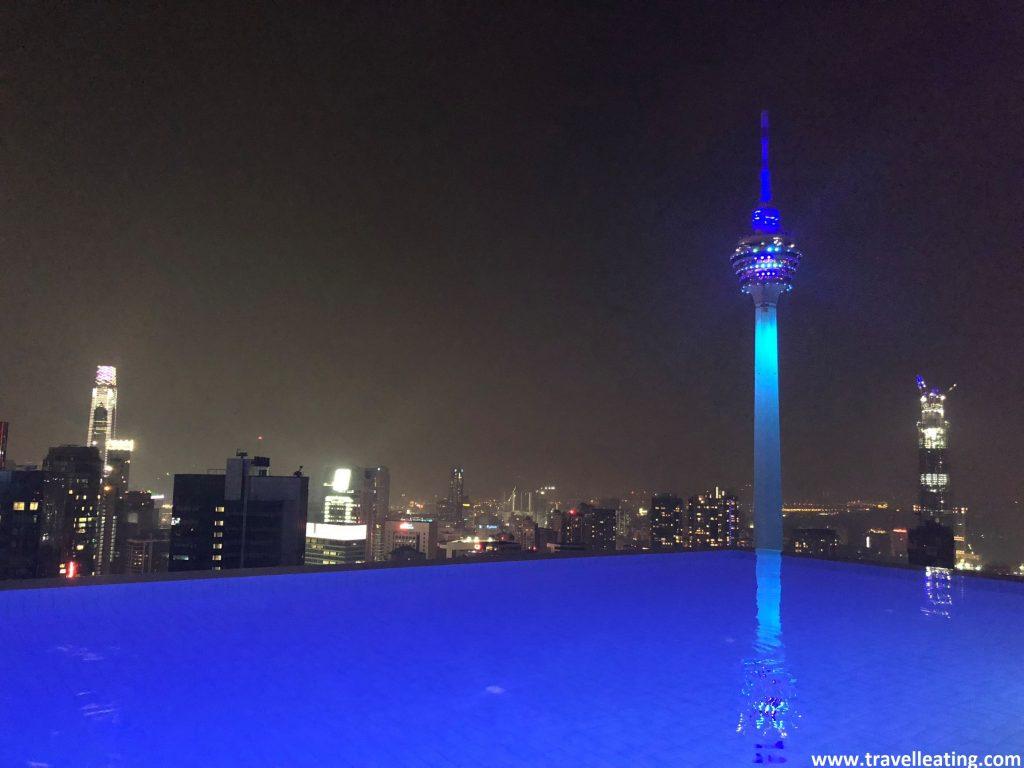 Vistas de la ciudad de Kuala Lumpur iluminada de noche desde la azotea del Platinum.