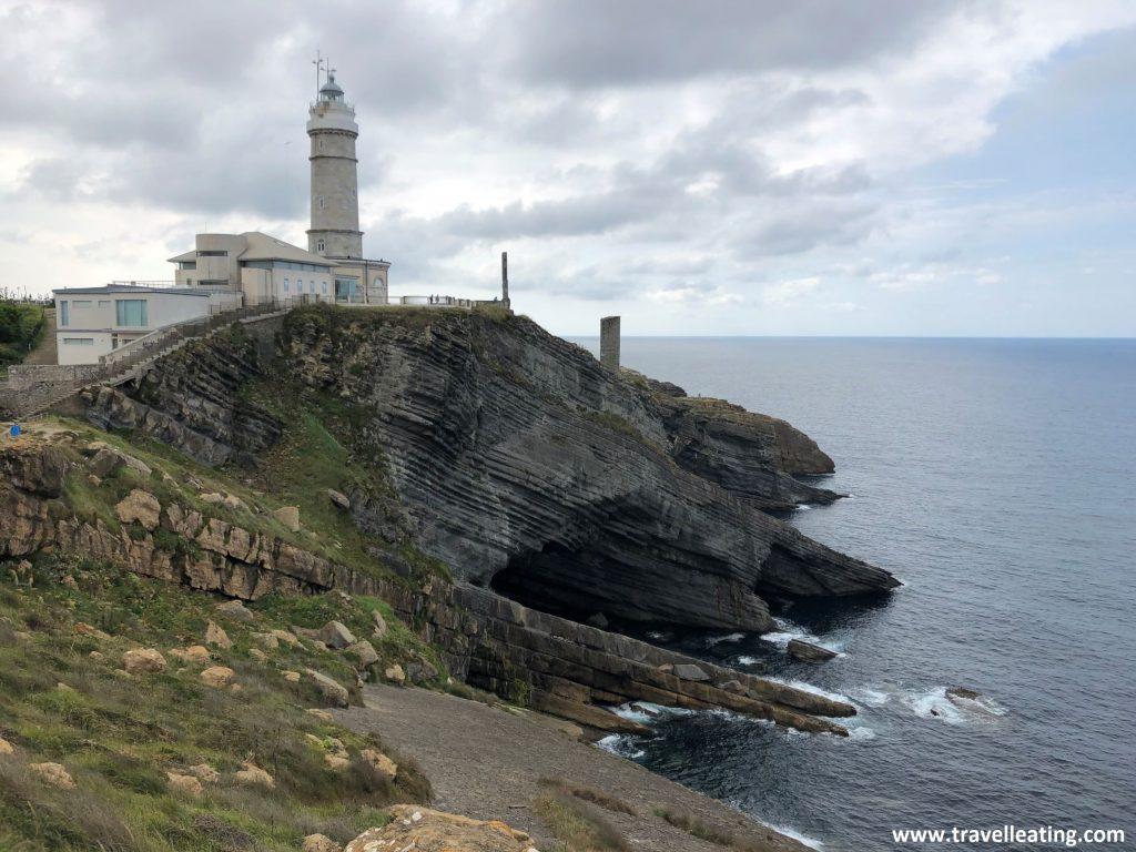 Faro situado en el extremo de un acantilado. Uno de los imprescindibles de Santander y de Cantabria en general.