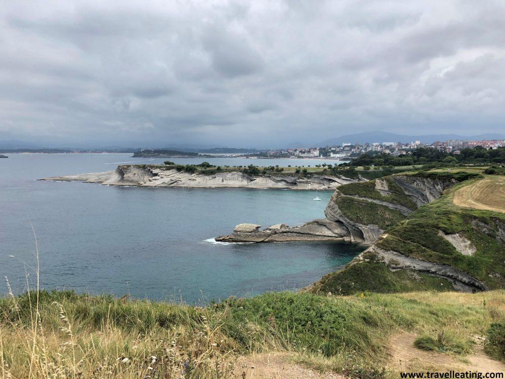 Entradas y salientes de la tierra al mar en la Costa de Santander, repletas de imponentes acantilados. Estos se encuentran sobre un mar turquesa y rodeados de vegetación