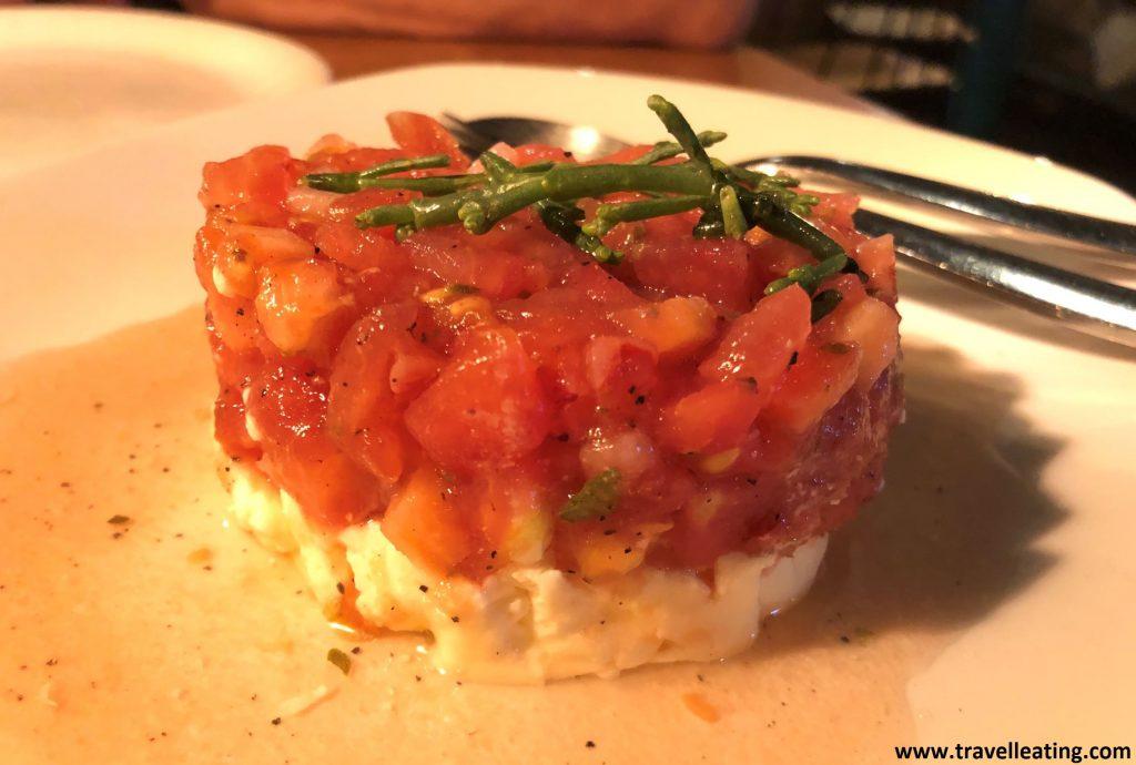 Tártar de tomate de Cantabria con queso pasiego, uno de los platos que más nos sorprendió de La Malinche, uno de los mejores restaurantes de Santander.