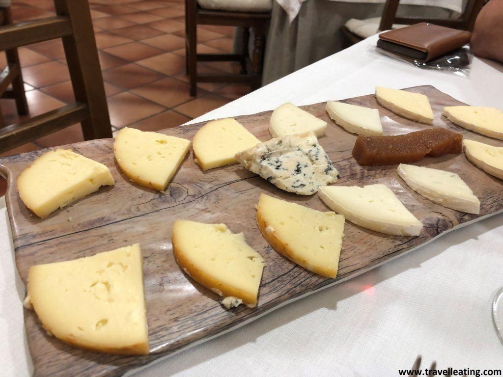 Tabla de surtido de quesos locales servidos con membrillos. Disfrutar de la gastronomía local es una de las mejores cosas que hacer en Liébana