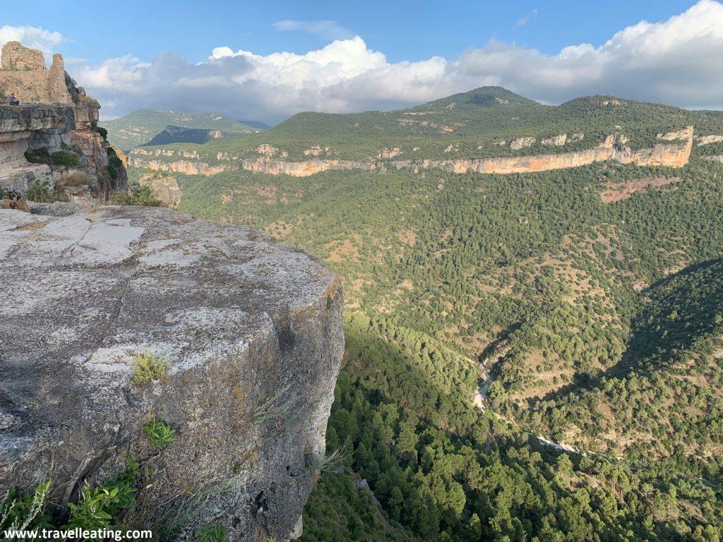 Vistas desde un mirador donde se observan unas montañas muy verdes.