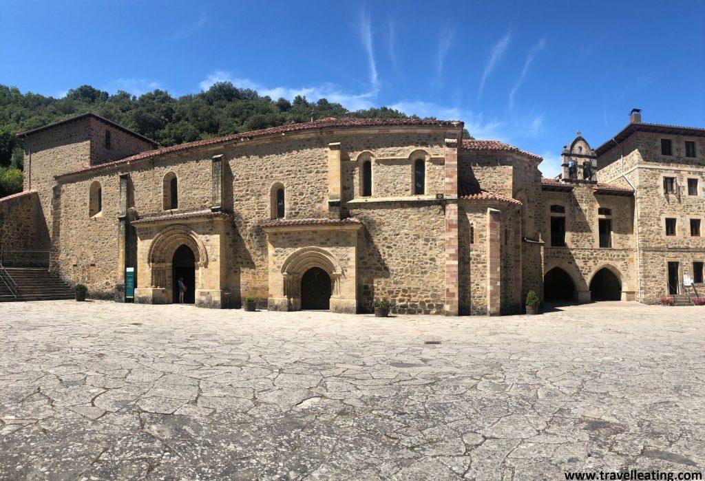 Monasterio de piedra con una iglesia en el centro. Se trata de un lugar de peregrinaje, una de las mejores cosas que ver y hacer en Liébana