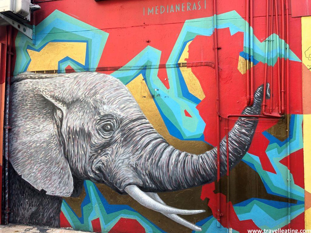 Mural de un elefante en una pared de Bangkok.