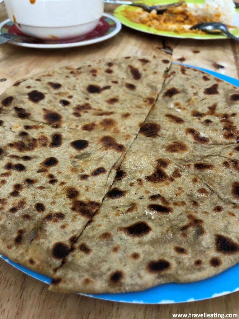 Pan hindú fino y redondo relleno de verduras