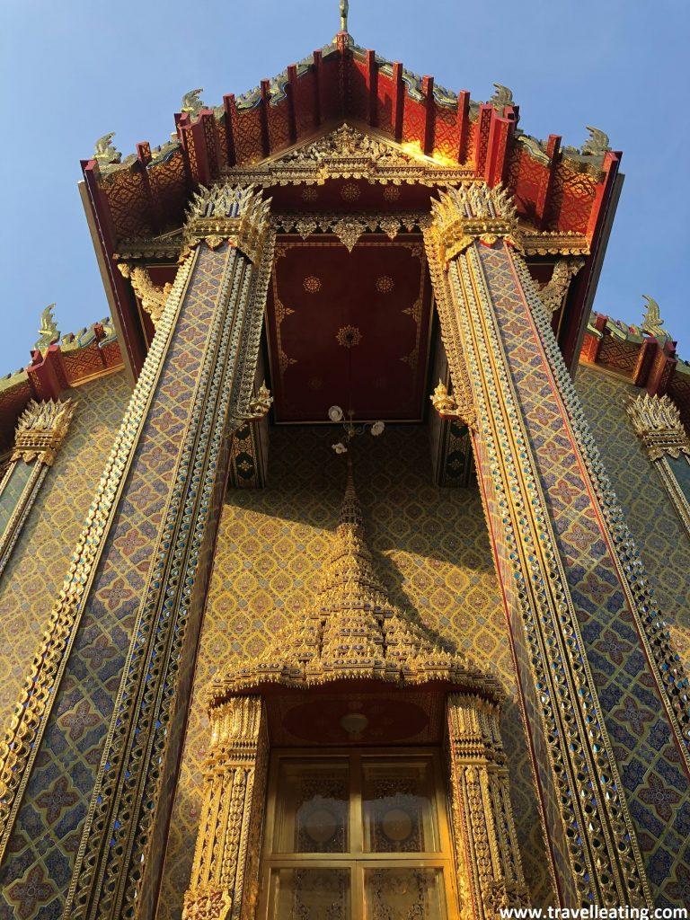 Entrada de un templo tailandés dorado con detalles de colores. Destacan las dos columnas de la entrada y el techo en forma triangular. Uno de mis imprescindibles de Bangkok.