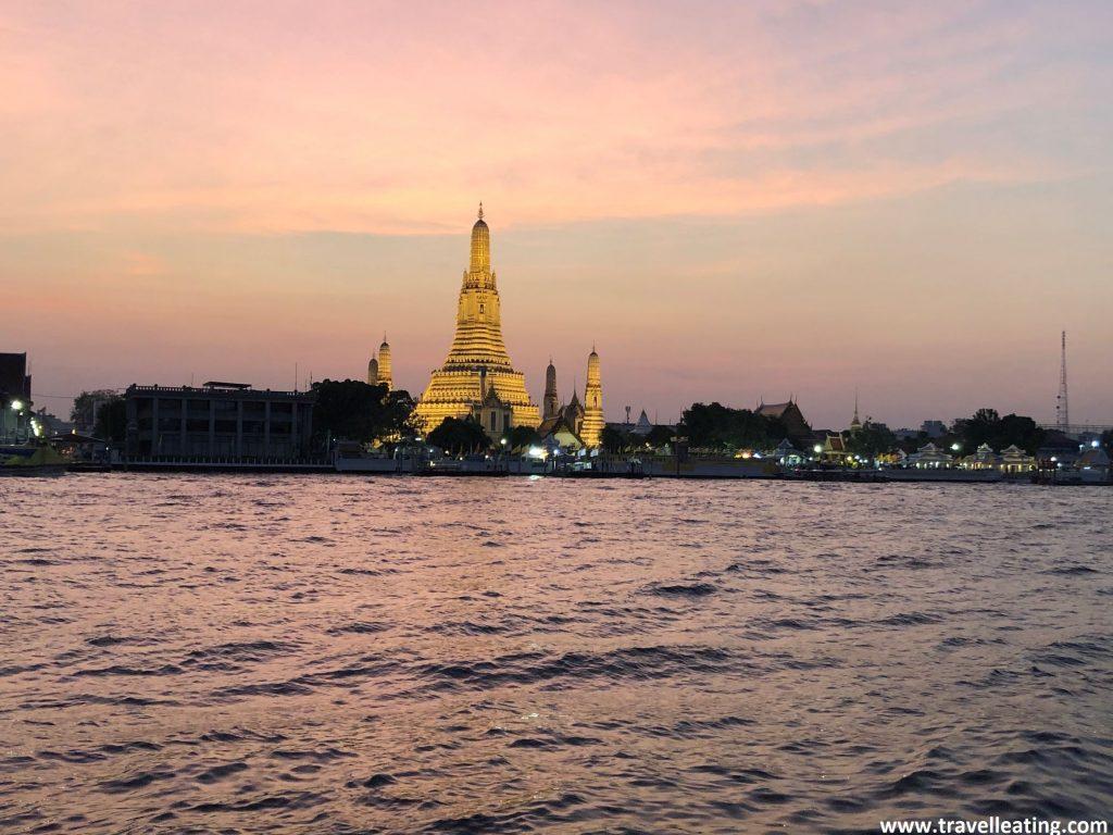 Precioso atardecer en el río Phraya con el templo Wat Arun iluminado al fondo. Uno de mis imprescindibles de Bangkok.