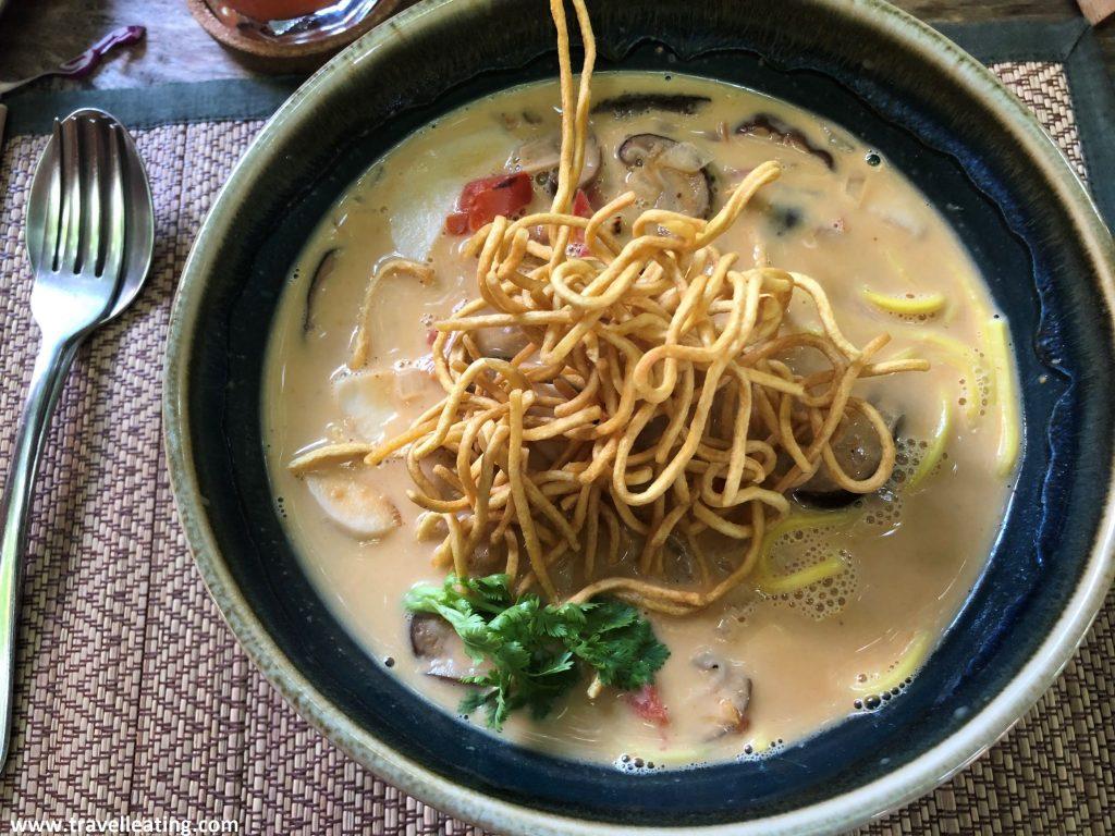 Bol de Khao Soi, una sopa de fideos con setas y verduras servidas en un caldo denso picante, como una especie de curry. Un plato típico de la gastronomía tailandesa de norte del país.