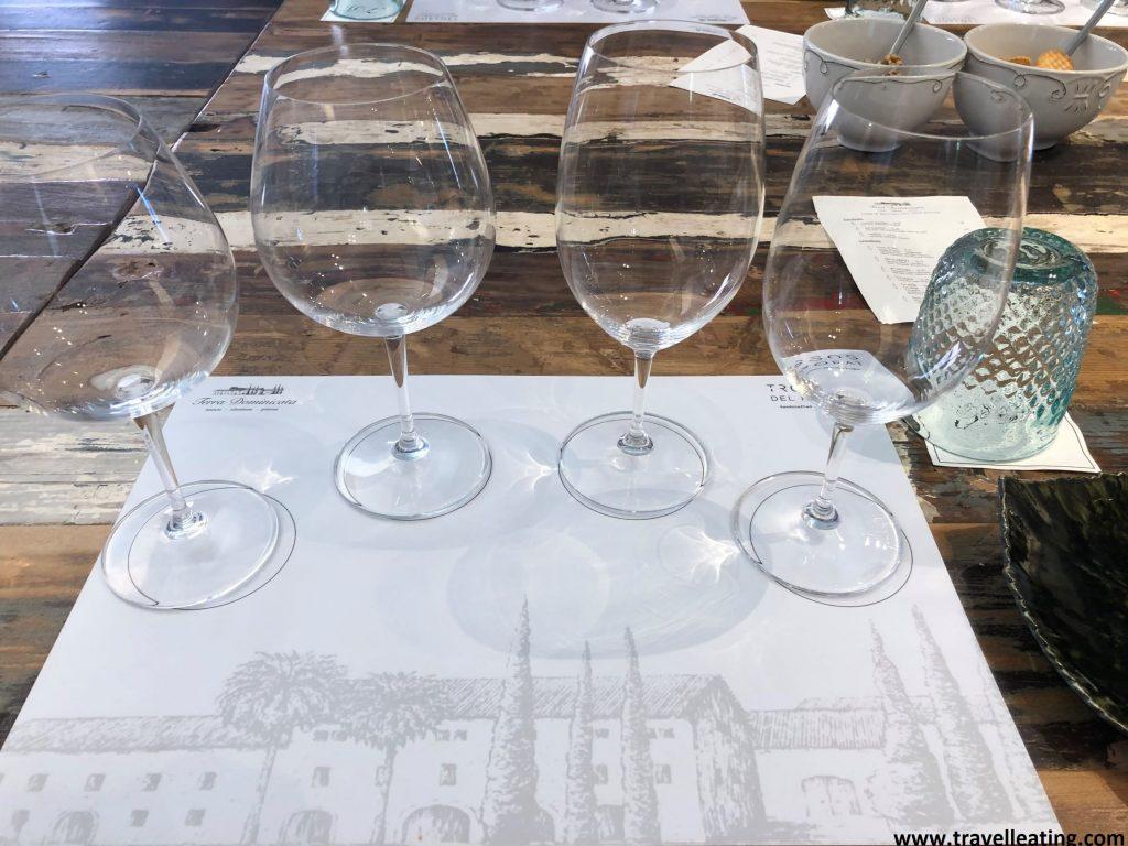 Copas de vino de una cata. Realizar una visita a una bodega y una cata de vinos es una de las mejores cosas que hacer en El Priorat.