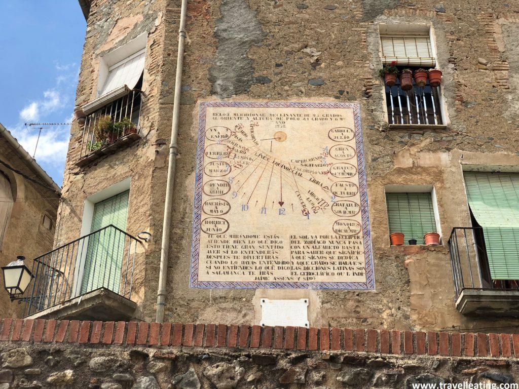 Reloj de Sol situado en una fachada de una casa de Porreras.