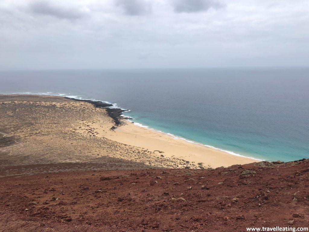 Preciosas vistas de la playa de las Conchas y parte de la Isla de la Graciosa desde lo alto de un volcán.