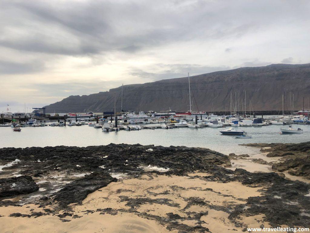 Pequeño puerto de un pequeño pueblo de la Isla de la Graciosa