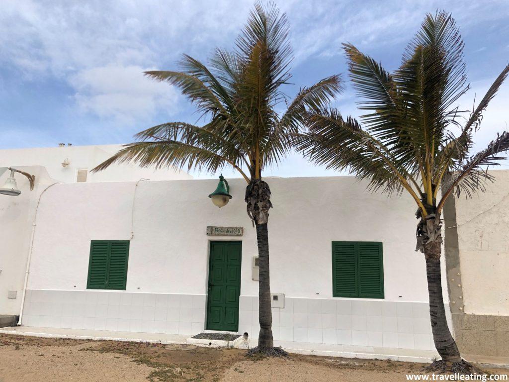 Tradicional casa canaria blanca en una calle sin asfaltar de la preciosa Isla de la Graciosa.