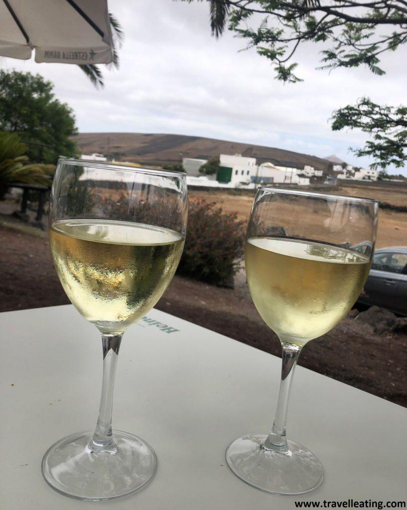 Dos copas de vino malvasía servidas en la terraza del Teleclub de Tao, uno de los restaurantes más populares y recomendados de Lanzarote.