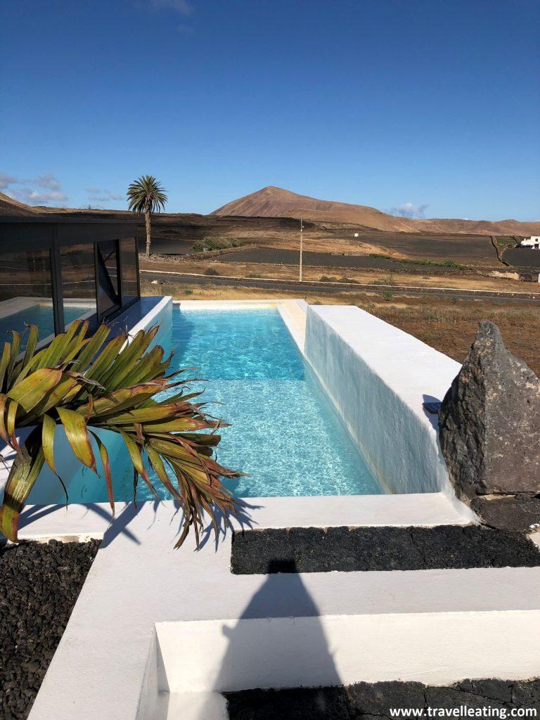 Preciosa piscina infinita con vistas a un volcán, en uno de los mejores lugares donde alojarse en Lanzarote.