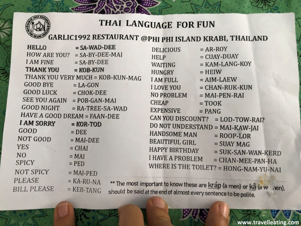 Papel donde aparecen las frases y saludos más básicos traducidos del inglés al tailandés.