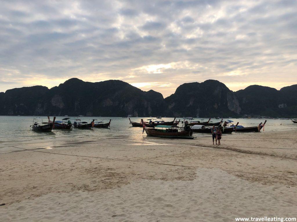 Atardecer en una de las playas de las islas Phi Phi donde vemos anclados en la arena las típicas barcas tradicionales, las long tail.
