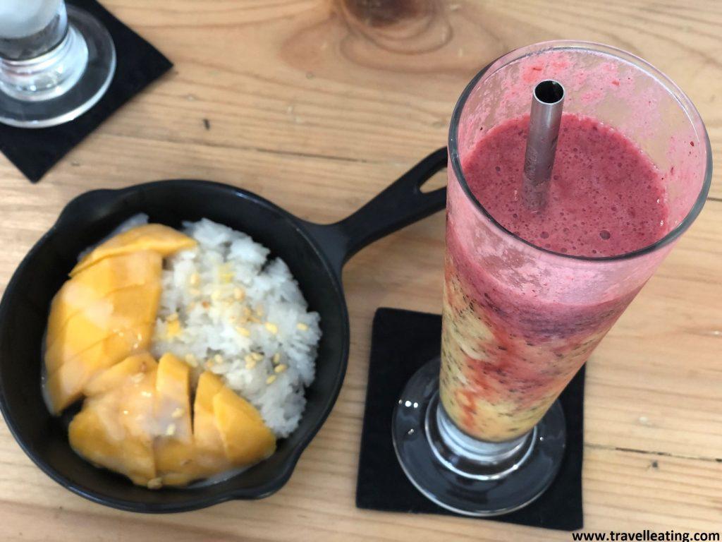 Mango con arroz glutinoso acompañado de un zumo de maracuyá y frutos rojos.