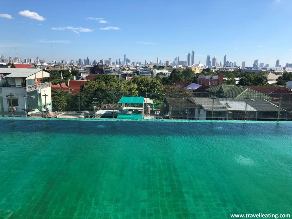 Piscina infinita con vistas a la ciudad de Bangkok.