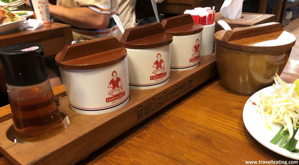 Conjunto de aderezos puestos en una mesa de restaurante; algo muy típico de la gastronomía tailandesa.