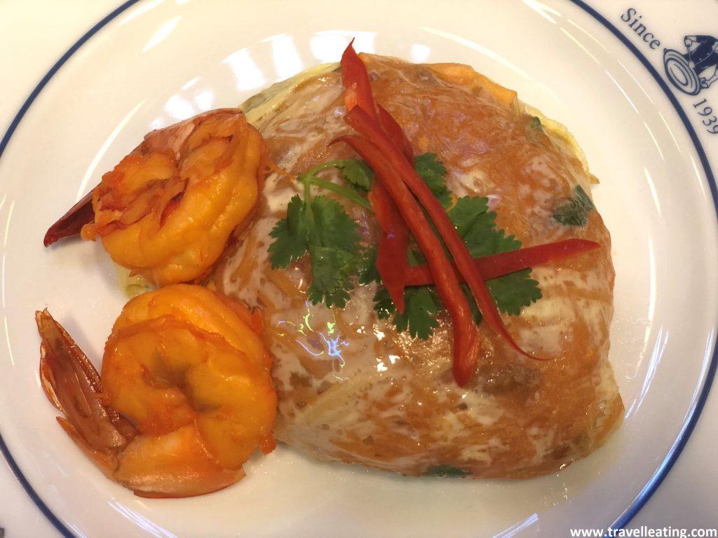 Pad Thai envuelto en tortilla y servido con langostinos.