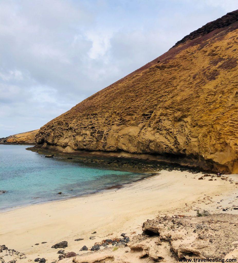 Preciosa cala con arena blanca y aguas turquesas limitada a un lado por una pared amarilla volcánica que crea un curioso contraste. Es sin duda una de las playas más espectaculares de la Isla de la Graciosa.